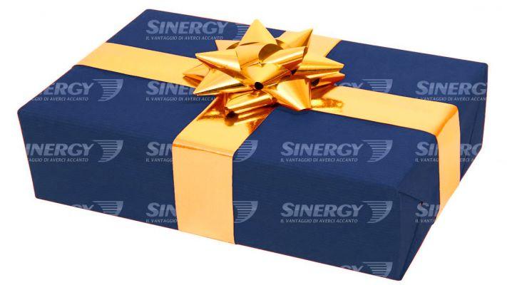 SINERGY CARTA PACCHI REGALO 100x125mtl Fondo Pieno Blu + Logo,  bobina 100x125mtl